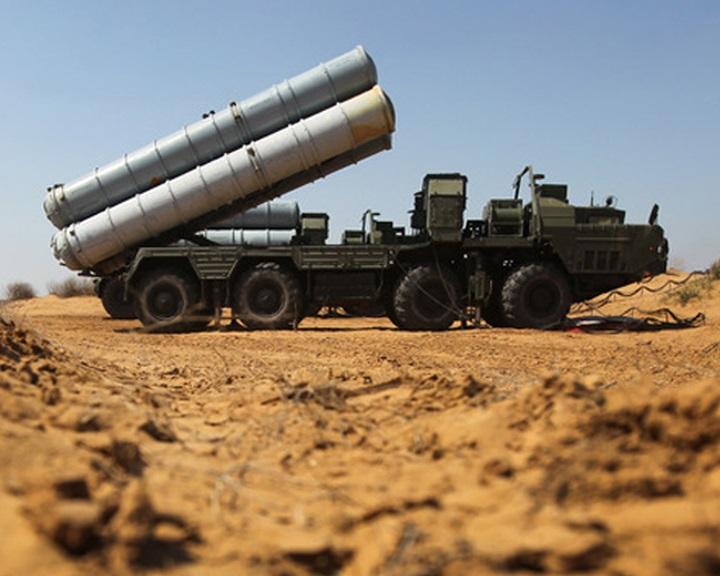 Moszkva Sz-300-as légvédelmi rendszert szállít Szíriának