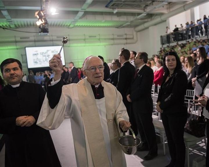 Átadták a pécsi Szent Mór Katolikus Iskolaközpont új tornacsarnokát