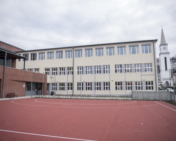 Átadták a megújult, tornateremmel bővülő komlói Kodály általános iskolát