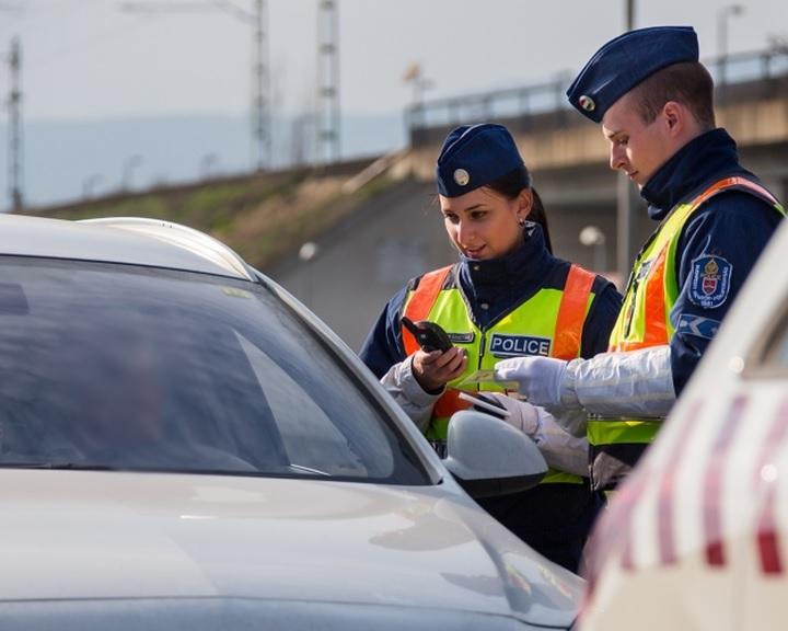 A bódult, ittas vezetők kiszűrésére tart akciót a rendőrség