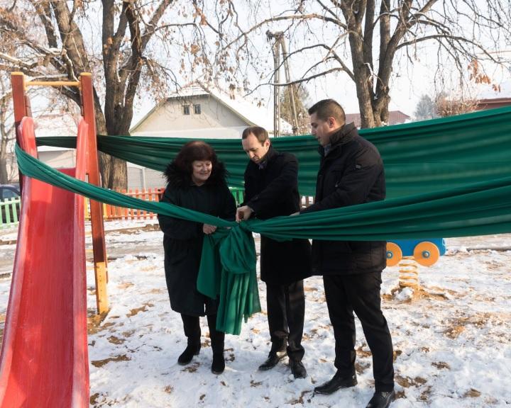 Játszóteret újítottak fel a Haunis önkéntesek