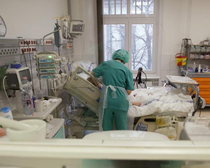 Tizenhat korszerű lélegeztetőgéppel gazdagodott a pécsi klinika