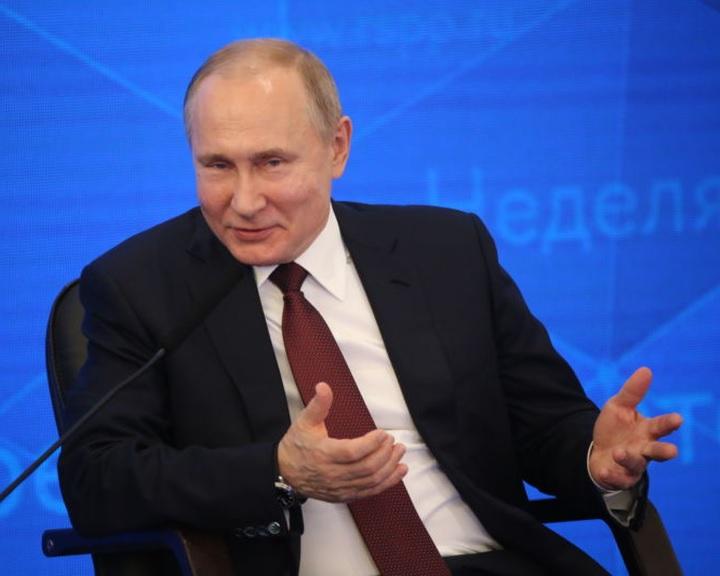 Putyin aláírta az álhírterjesztést és az állami jelképek gyalázását büntető törvényeket