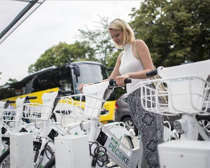 Elektromos közösségi kerékpáros közlekedési rendszer kezdte meg működését Pécsen