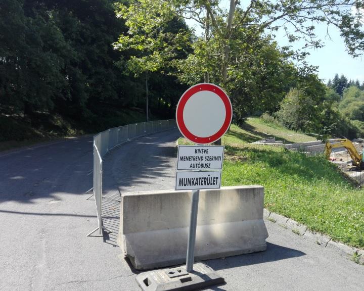 Tovább tart a forgalomelterelés a Szilvásba vezető úton
