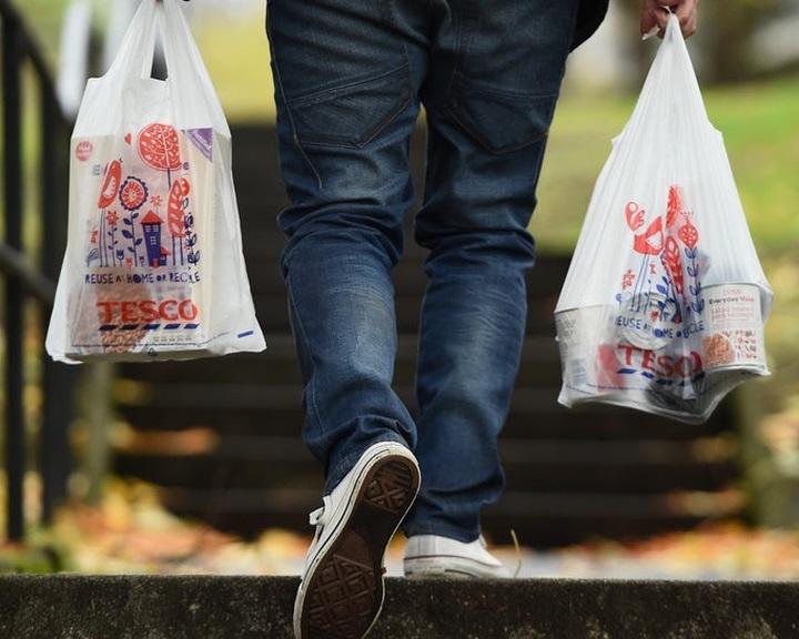Egy év alatt felére csökkent az angliai szupermarketekben eladott nejlonzacskók száma