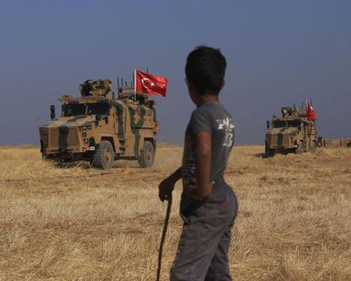 Légicsapással indult a török offenzíva Szíriában