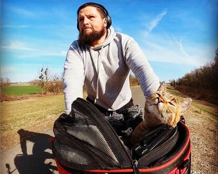Budapestre érkezett Dean Nicholson, aki cicájával a kosarában biciklizi körbe a világot