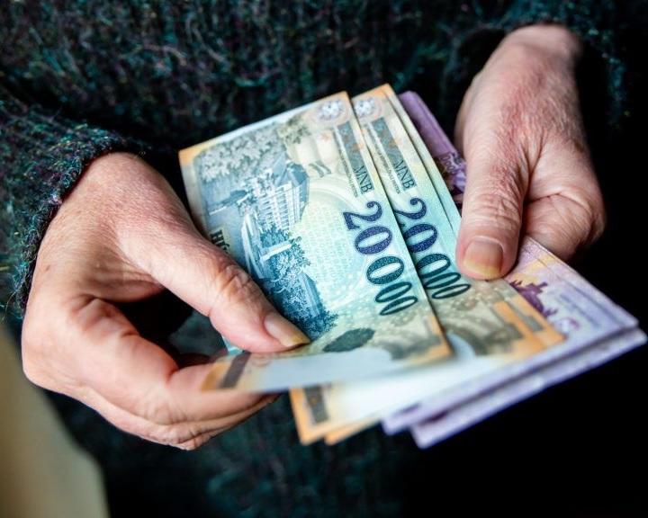 Külön idősávot biztosít a 65 évesnél idősebbeknek a Takarékbank