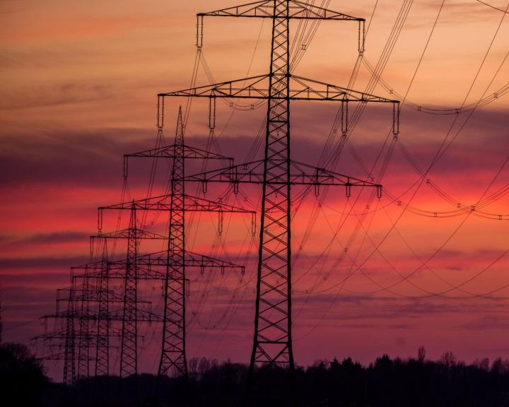 Jobban csökkent az áramfogyasztás a szezonálisan várhatónál