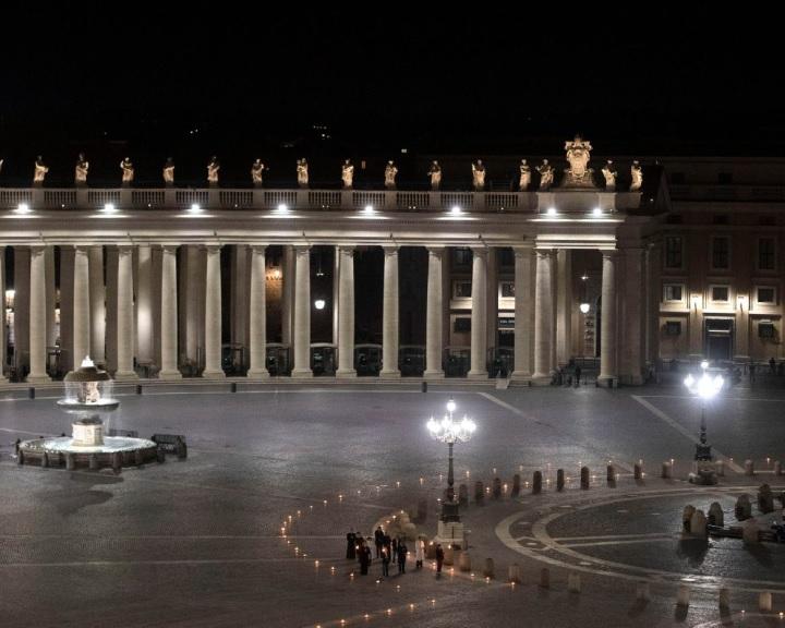 Húsvét - Orvos és fegyőr is vitte a keresztet az üres Szent Péter téren
