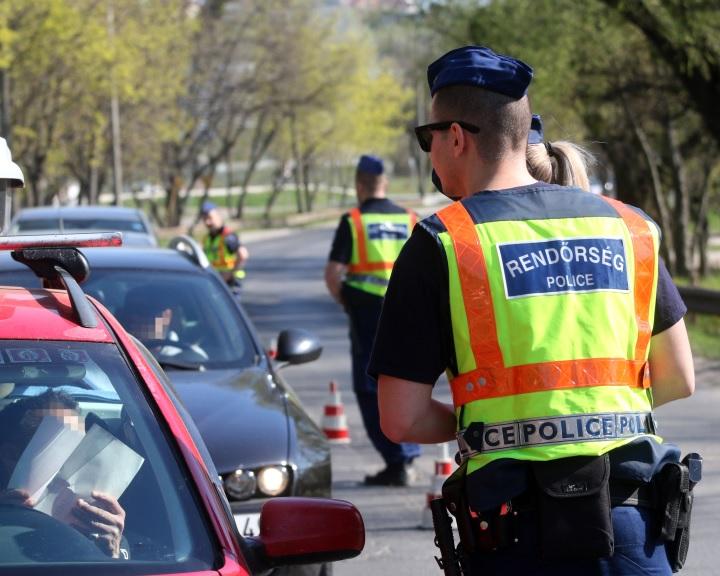 A rendőrség ellenőrzi és kiszűri a forgalomból az ittas sofőröket