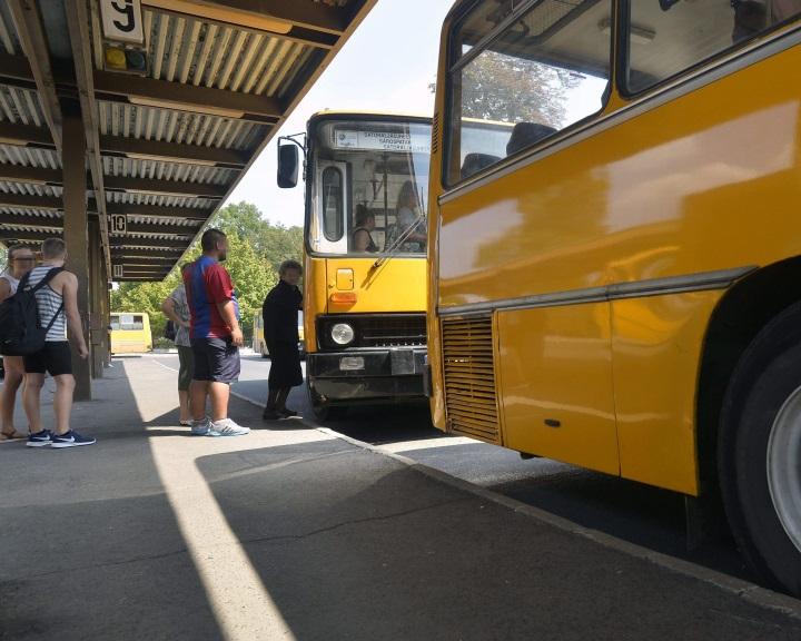 Hétfőtől vidéken ismét az első ajtón kell felszállni a Volánbuszokra