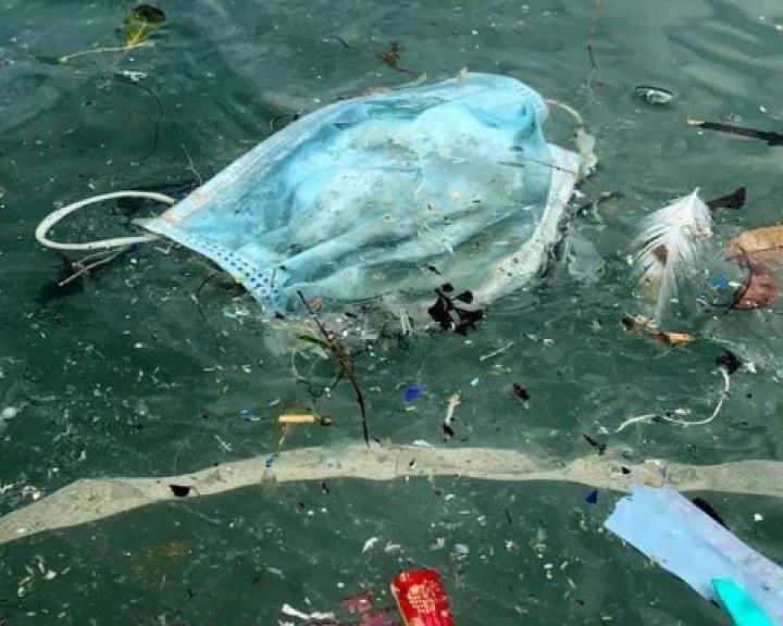 Eldobott gumikesztyűk és maszkok szennyezik a Földközi-tengert