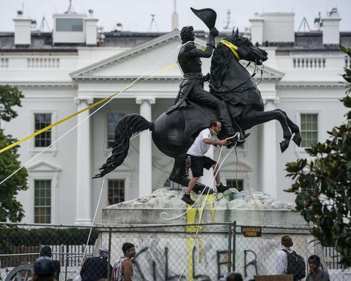 Trump elnöki rendeletet írt alá a történelmi emlékművek és szobrok védelméről