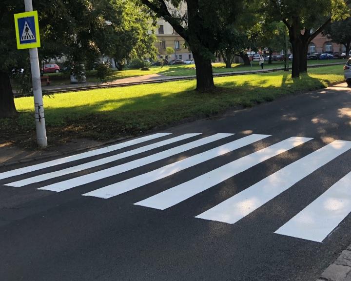 Jobban látható táblákkal jelzi a gyalogátkelőket a Magyar Közút