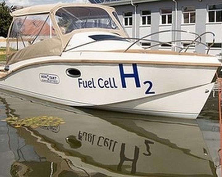 Bemutatták az első magyar fejlesztésű hidrogénüzemű üzemanyagcellás kishajót
