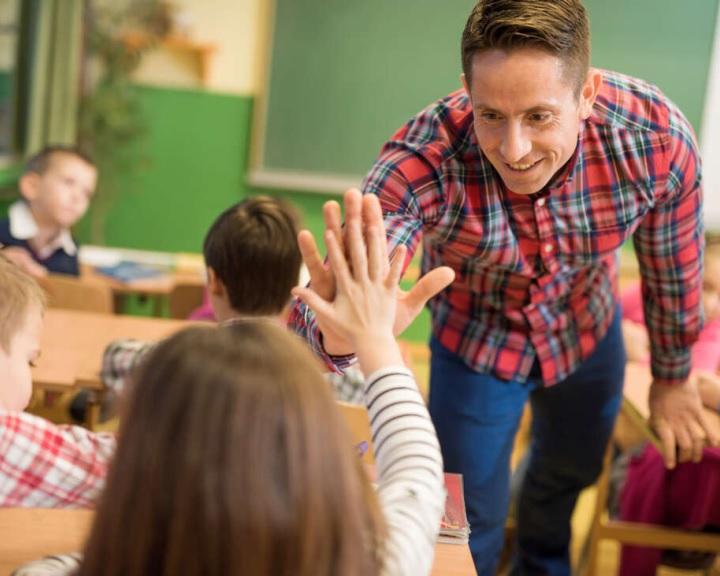 Pedagógusok világnapja - Pedagógusok Szakszervezete: el kell ismerni az oktatásban dolgozók munkáját!
