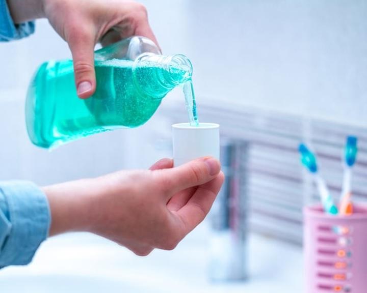 Egyes antiszeptikumok és szájvizek képesek lehetnek a koronavírus hatástalanítására