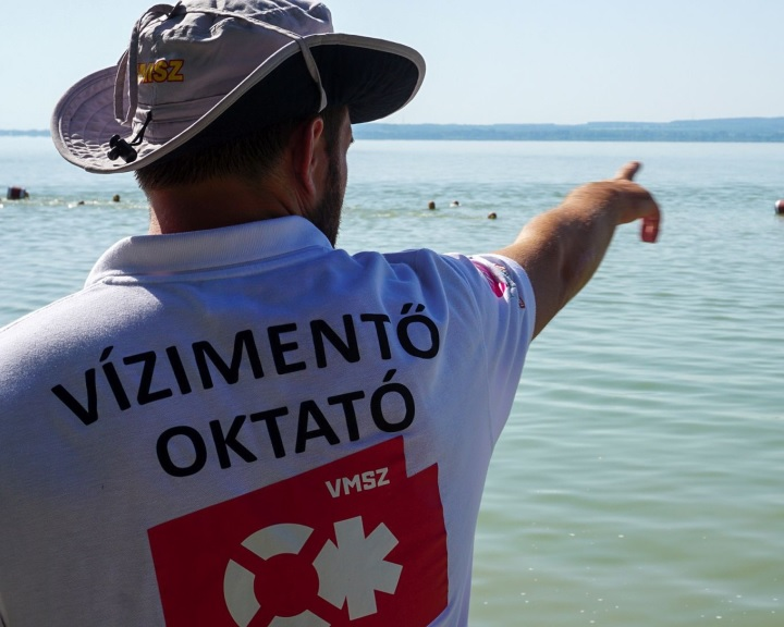 A balatoni vízimentők csaknem négyezer embert láttak el strandokon
