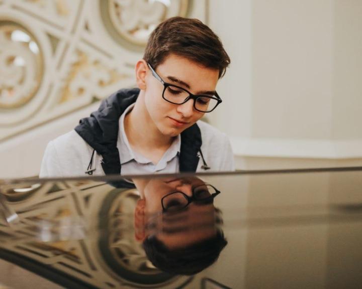 Boros Misi ad hangversenyt a Filharmónia Magyarország virtuális koncerttermében