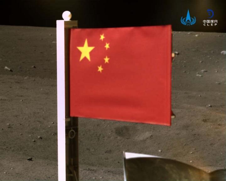 Kína kitűzte zászlaját a Holdra