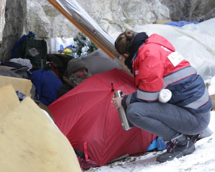 Segít a hajléktalanokon a Magyar Máltai Szeretetszolgálat