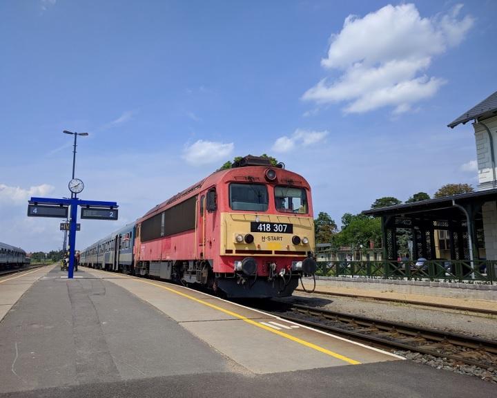Nyáron és ősszel már országszerte hallhatók versek a vasút- és buszállomásokon