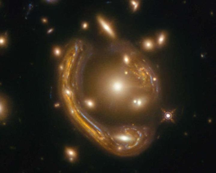Billió napnyi infravörösben pompázik egy gyűrűnek látszó galaxis