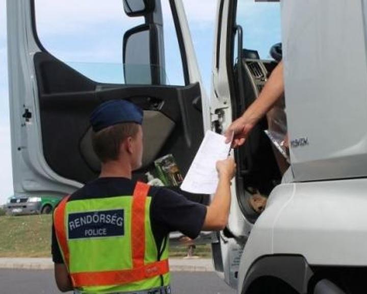 ORFK: egyhetes akcióban 2845 nehéz tehergépkocsit és 285 autóbuszt ellenőriztek a rendőrök