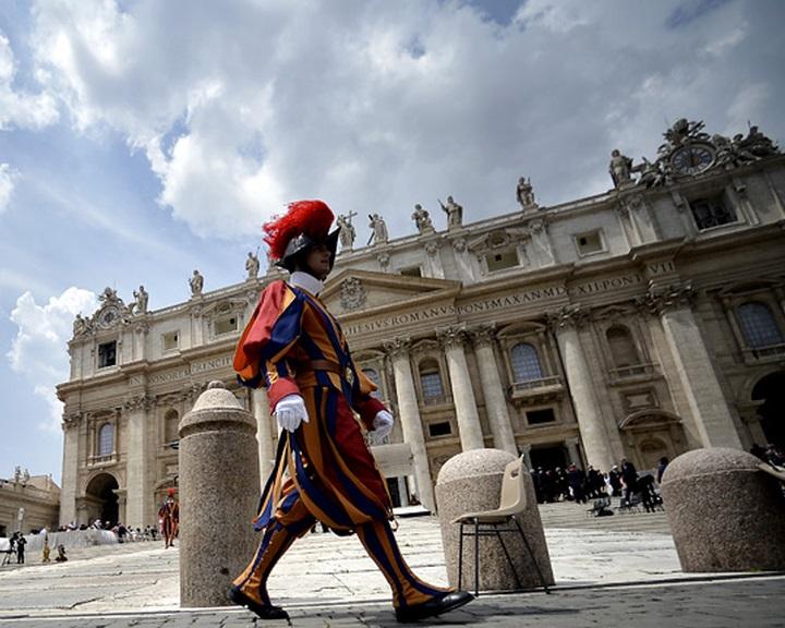 A Vatikán vádat emelt a bizalmas dokumentumok közléséért