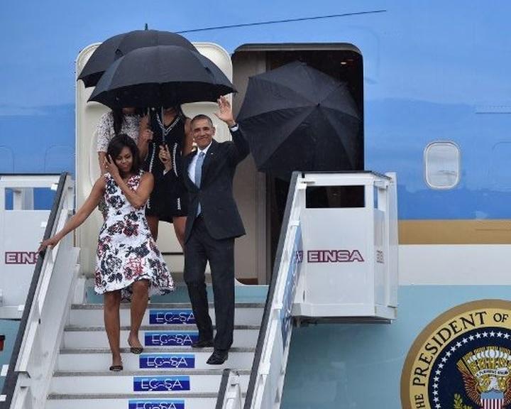 Obama megkezdte történelmi látogatását Kubában