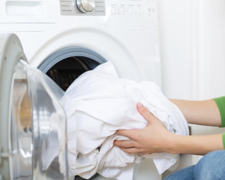 Mikro-műanyagrészecskék ezrei kerülhetnek a környezetbe ruhamosáskor