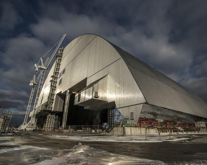 Ráhelyezték az új védőburkot a csernobili atomerőmű sérült blokkjára