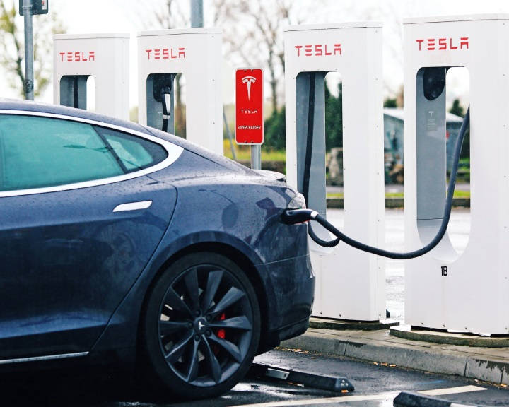 Rendeletben szabályozná a kormány az elektromosautó-töltésért beszedhető díjak számítását