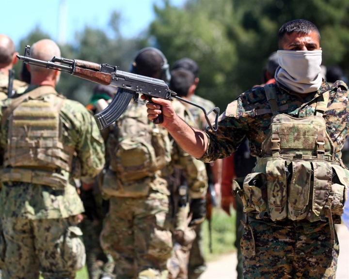 Trump jóváhagyta, hogy fegyvert szállítsanak a Szíriában harcoló kurdoknak