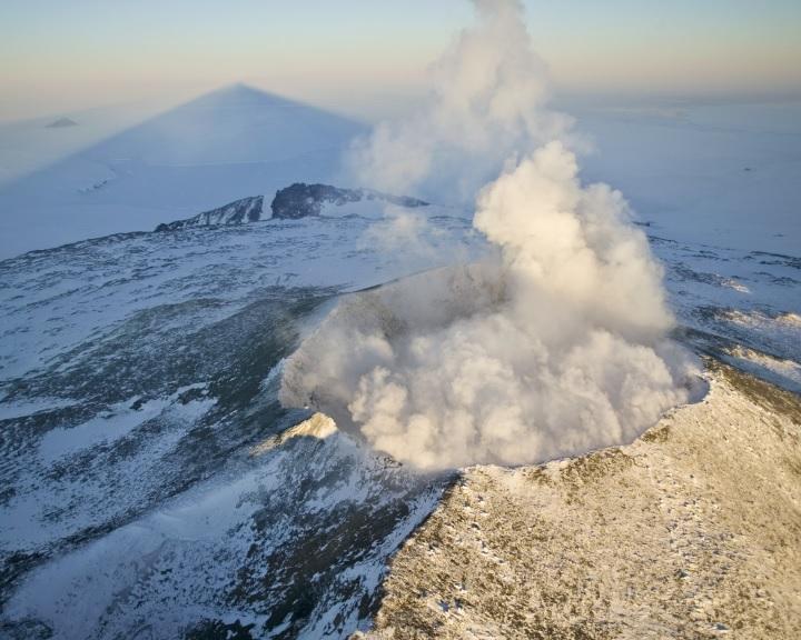 Kilencvenegy vulkánra bukkantak az antarktiszi jégtakaró alatt