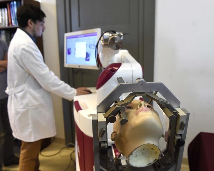 Először végeztek agyműtétet robot segítségével Magyarországon