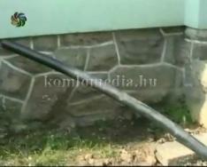 A Móricz Zs. utcában a lakók a kábeltelevízió új rendszerének építése miatt panaszkodnak
