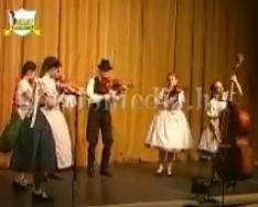 A Pöndöly Néptáncegyüttes valamennyi csoportjának bemutatója a színházban (Donovál Zoltán)