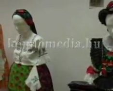 Népviseleti kiállítás Hosszúhetényben (Radó Tihamér)