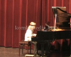 Zongoranövendékek találkozója a színházban