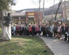 Nemzeti ünnepünk alkalmából adtak elő műsort a Petőfi szobornál a Kodály iskola tanulói